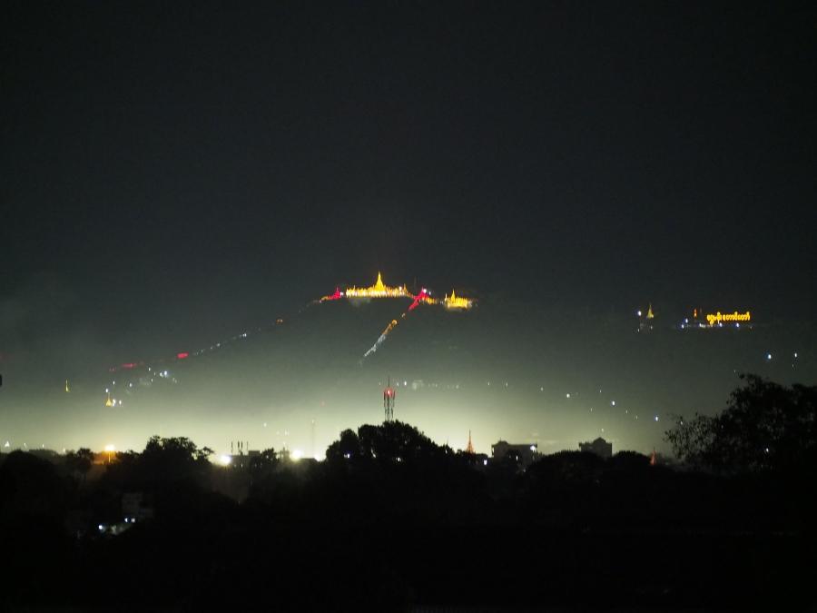 Mandalay Hill im Licht der Nacht