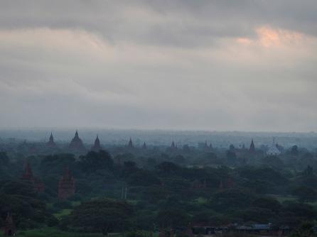 Bagan's Tempelebene im Morgendunst