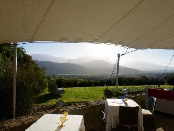 Blick von unserem 1. Tisch aussen zum Sundownern. Zum essen ging es dann nah innen Hinter eine große Glaswand.