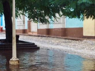 Ruckzuck rauscht ein Bach durch Trinidad